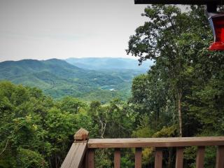 Majestic Overlook -Mtn and Lake Views, Honeymoon Cabin, Hot Tub, Fireplace!, Bryson City