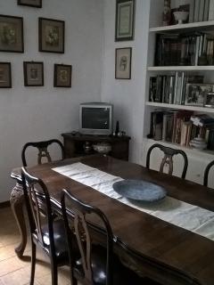 sala da pranzo con tavolo a sei posti, arredata completamente