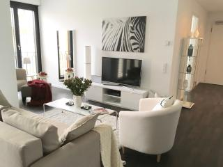 NEW! LUXURY! 2BED/2BATH 3 MIN to SUBWAY, CENTRAL POTSDAMER PLATZ! BEST CENTRAL!, Berlín