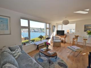Central Fowey property with stunning views!