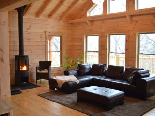 Chalet at Winghaven, Sunny New Log Home, Fletcher