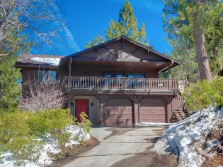 Luxury 4bedroom Cabin ! 'MANCAVE' , Walk to Summit! 5 minute drive to Lake and Village!, Big Bear Region