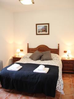Dormitorio de matrimonio con calefacción, armario empotrado, sabanas y toallas