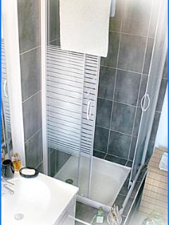 Salle d'eau carrelée Collioure, résidence du Soleil