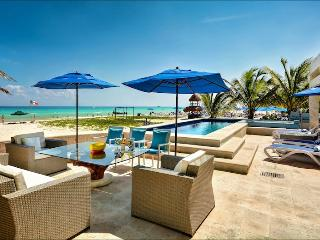 Outdoor dining & lounging with all amenities