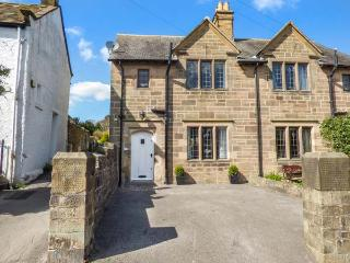 CORNER COTTAGE, woodburner, close to amenities, off road parking, WiFi, in Bakewell, Ref 926401
