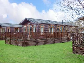 43 GRESSINGHAM, detached log cabin, on-site facilities, parking, in Carnforth