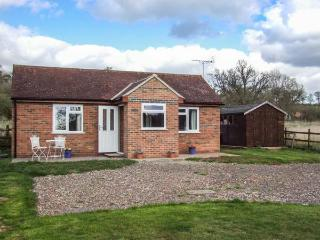 LAWN COTTAGE, lovely views, bike storage, romantic retreat, lawned garden, Gloucester, Ref 936440