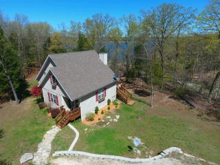 Perfect Lakefront Home HotTub & 20 Min to Branson!, Ridgedale