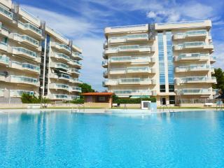 Comfortables apartamentos con gran piscina y jardin. Solo familias