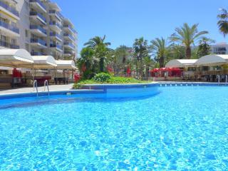 Apartamentos con piscina y restaurant. Muy céntricos. Cerca de la playa. Ref. LO