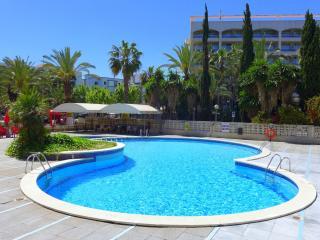 Apartamentos con piscina y restaurant. Muy centricos. Cerca de la playa. Ref. LO