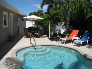 Cozy Cabana West - Private Pool - Close to Beach