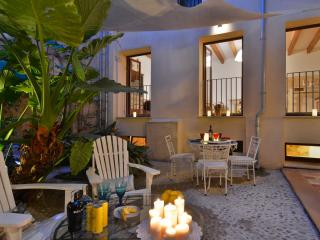 Palma Old town historical apartment with patio