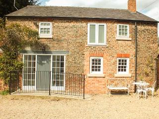GROVE COTTAGE, pet-friendly, luxury holiday cottage, with woodburner, Thirsk, Re