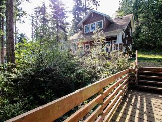 Bayfront, dog-friendly cottage with a lovely porch & beach access!, Port Townsend