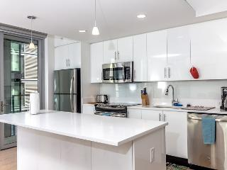 2BR Fully Furnished Apt in LA Downtown - - w/ FREE PARKING
