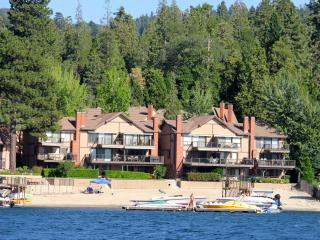 Village Bay 4 bd. 3 Kayaks, SUP & private beach!, Lake Arrowhead