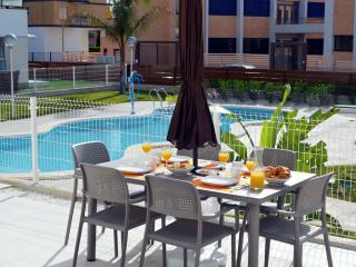 Apartamento bajo, patio, vistas a la piscina, wifi gratis, cerca del mar