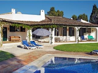 Luxury 4-Bed villa, spacious gardens and pool., Alvor