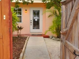 New Listing! - Mid Town Getaway with pool & jacuzzi, Key West