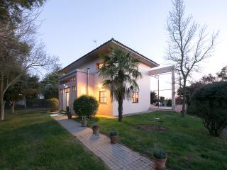 Chalet-villa rodeada de gran jardín.