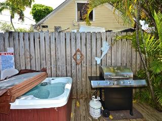 Orange Blossom Suite- Cute Cottage w/ Loft Half Block To Duval Shared Hot Tub, Cayo Hueso (Key West)