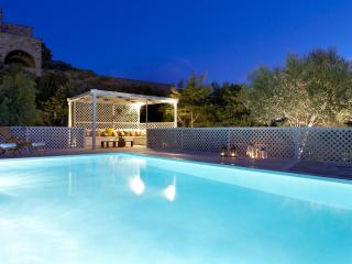 Villa Elea, Traditional House with Pool in Tinos