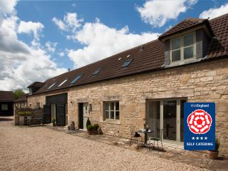 Hay Barn Cottage: Sleeps 10, Bath