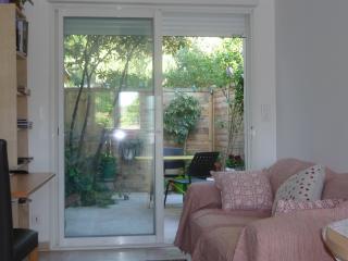 Un studio citadin: independant et fonctionnel, dans le calme agreable du jardin