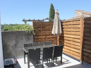Terrasse avec salon de jardin, barbecue, parasol.