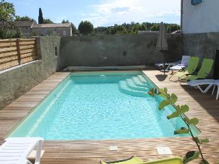 La piscine bien abritée dans la cour intérieure