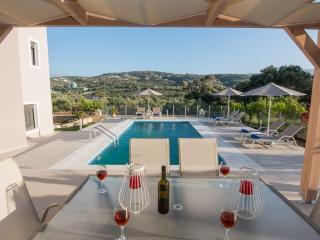 Brand new, 1 km from the beach, private pool!, Adele