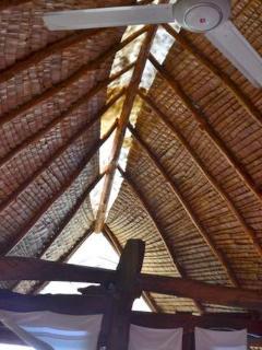 détail de la toiture vue du lit