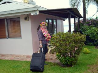 accueil traditionnel avec colliers de fleurs fraîches