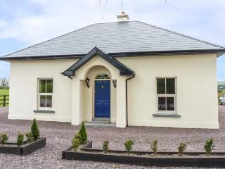 THE LODGE, detached, countryside location, WiFi, ground floor bedroom near Carri