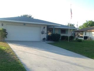 Lovely 2/2/2 Pool Home in Prime Location, Englewood