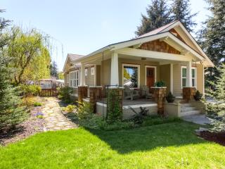 Wonderful 4BR Coeur d'Alene House w/Wifi, Fenced Backyard & Private Hot Tub! – Just 1 Mile from Downtown & the Beautiful Lake Coeur d'Alene!, Coeur d'Alene