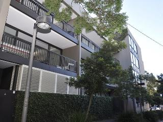 SURRY HILLS FULLY SELF CONTAINED MODERN 2 BED APARTMENT (13ADE), Sídney