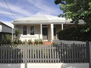 NORTH SYDNEY/CROWS NEST FULLY SELF CONTAINED 2 BED HOUSE (63HAY), Crows Nest