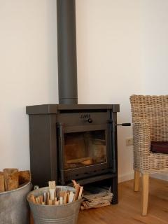 De woonkamer is voorzien van een gezellige houtkachel die de woonruimte heerlijk verwarmt.