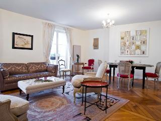St. Germain des Pres Bonaparte Vacation Rental, París