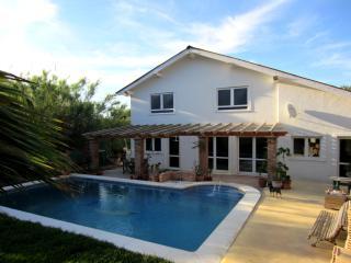 Casa Julechka -Charming house with pool and garden, Cartama