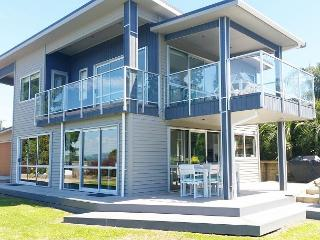 Big, bold and beautiful, catering to intimate groups of 4 up to 10, Isla Waiheke