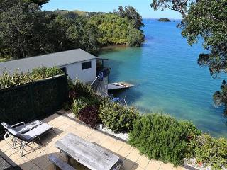 Studio apartment right on the water with own beach below, Isla Waiheke