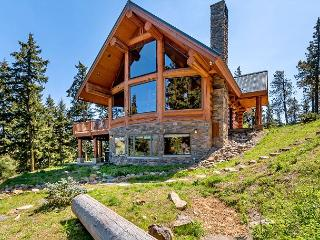 Looking for a private retreat with big views? Exquisite Log Home w/Hot Tub