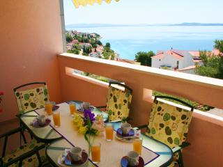 78sqm apt with pool, great sea view from balcony, 250m to beach, 4km to Trogir, Okrug Gornji