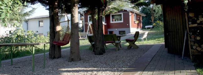 Garten mit Sitzschaukel, Hollywoodschaukel, Grillplatz, Partyhütte, Fass-Sauna und Fahrradschuppen