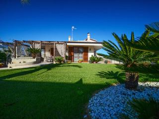 Villa San Flaviano - house with veranda, garden with lawn and jacuzzi minipool, Conversano