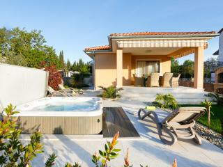 Villa Lavender's Breeze with outdoor jaccuzzi